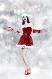 Belle jeune femme de brune avec le cadeau de Noël Photo stock