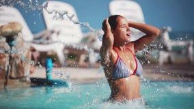 Femme sous la douche de l eau dans la piscine m trage 12 for Algues brunes piscine