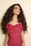 Belle jeune femme de brune de cheveux bouclés images libres de droits
