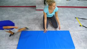 Belle jeune femme de brune faisant des exercices dans le gymnase banque de vidéos