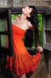 Belle jeune femme de brune sur la fenêtre image stock
