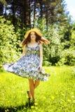 Belle jeune femme de brunette sur le pré Image stock