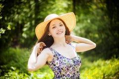 Belle jeune femme de brunette sur le pré Image libre de droits