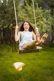 Belle jeune femme de brunette sur le pré Photo libre de droits