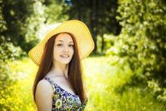 Belle jeune femme de brunette sur le pré Photographie stock libre de droits