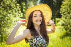 Belle jeune femme de brunette sur le pré Photos libres de droits