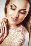 Belle jeune femme de charme avec l'art de corps de fleur d'imagination Photo libre de droits