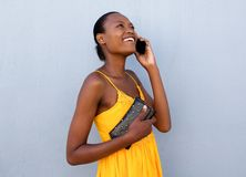 Belle jeune femme de couleur parlant au téléphone portable Images stock