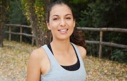 Belle jeune femme de forme physique courant en parc Fille de sourire s'exerçant dehors Image stock