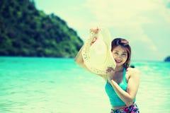 Belle jeune femme de l'Asie avec le chapeau dans le bikini sur la plage Photos stock