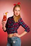 Belle jeune femme de pin-up caucasienne blonde avec un verre de coc Photos libres de droits