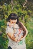 Belle jeune femme de poids excessif de sourire heureuse dans le T-shirt et l'écharpe blancs avec l'ancre dehors Grosse jeune femm photographie stock libre de droits