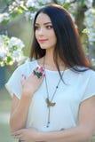 Belle jeune femme de portrait avec le collier et le doigt élégants Photographie stock