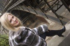 Belle jeune femme de sourire Photo stock