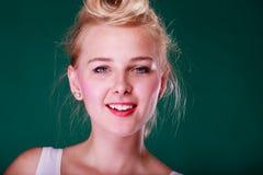 Belle jeune femme de sourire avec la goupille vers le haut des cheveux photographie stock