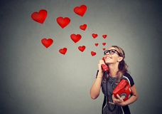 Belle jeune femme de sourire dans l'amour parlant au téléphone Image stock