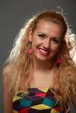 Belle jeune femme de sourire dans le studio Photos libres de droits