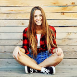 Belle jeune femme de sourire extérieure Photo libre de droits