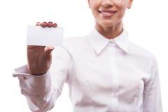 Femme de sourire d'affaires montrant l'enseigne vide photo stock