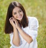 Belle jeune femme dehors Appréciez la nature photographie stock