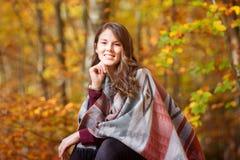 Belle jeune femme dehors en soleil d'automne photo libre de droits