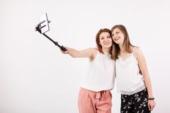 Belle jeune femme deux prenant un selfie avec un bâton de selfie Photos libres de droits