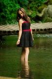 Belle jeune femme détendant dans une forêt de lac Photos libres de droits