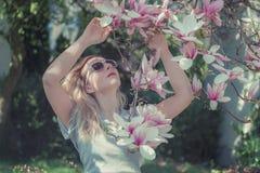 Belle jeune femme en bonne santé avec des fleurs de magnolia photo libre de droits