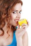 Belle jeune femme en gros plan avec des citrons Concept sain de nourriture Photo libre de droits