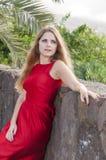 Belle jeune femme en parc photographie stock