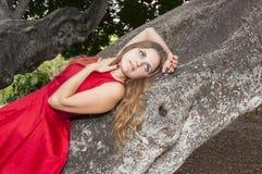 Belle jeune femme en parc images stock