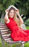 Belle jeune femme en parc photos stock