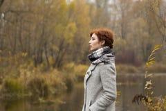 Belle jeune femme en parc en automne Photos stock