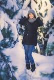 Belle jeune femme en parc le jour de chute de neige d'hiver Photos libres de droits