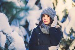 Belle jeune femme en parc le jour de chute de neige d'hiver Photo libre de droits