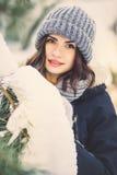 Belle jeune femme en parc le jour de chute de neige d'hiver Image stock