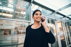 Belle jeune femme en voyage d'affaires parlant sur le téléphone portable à a Photo libre de droits