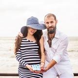 Belle jeune femme enceinte avec l'homme Image libre de droits