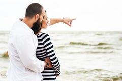 Belle jeune femme enceinte avec l'homme Photos stock