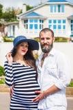 Belle jeune femme enceinte avec l'homme Images stock