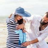 Belle jeune femme enceinte avec l'homme Photo stock
