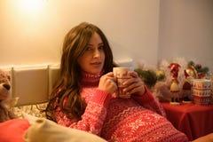 Belle jeune femme enceinte sur Noël, ayant un repos sur Noël vacances avant la nouvelle année Grand enceinte photographie stock libre de droits