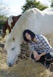 Belle jeune femme et cheval blanc Photos libres de droits