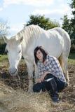 Belle jeune femme et cheval blanc Images libres de droits