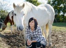Belle jeune femme et cheval blanc Photo libre de droits