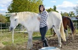 Belle jeune femme et cheval blanc Photographie stock libre de droits