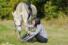 Belle jeune femme et cheval blanc Photographie stock