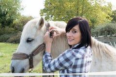 Belle jeune femme et cheval blanc Image libre de droits