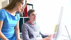 Belle jeune femme et homme travaillant du siège social banque de vidéos