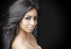 Belle jeune femme exotique avec les cheveux brillants image libre de droits